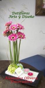 Divertido arreglo floral con gerberas fucsias y blancas + verde + velas presentado en base rectangular de ceramica. Ideal regalo, consulte precios y otras opciones!