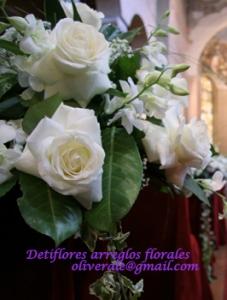 Arreglo buquet pequeño para bancas de iglesia compuesto por rosas blancas + verde + ilusion + lazos de raso. Consulte por decoracion de iglesias !