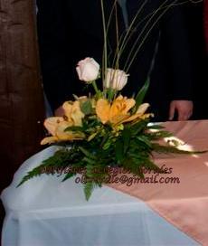 Centro de mesa con lirios + hermosas rosas + verde. Consulte por otras opciones!