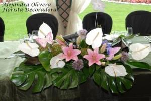 Centro de mesa grande, rastrero compuesto por flores exóticas de anthirium blancas y lirios rosados + verde + mariposas de papel